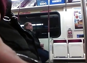 PILLADO PAJEANDOCE EN EL METRO HIDDEN Webcam