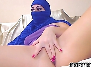 Scam Arab Pamper Dildos Her Pussy Plus Ass